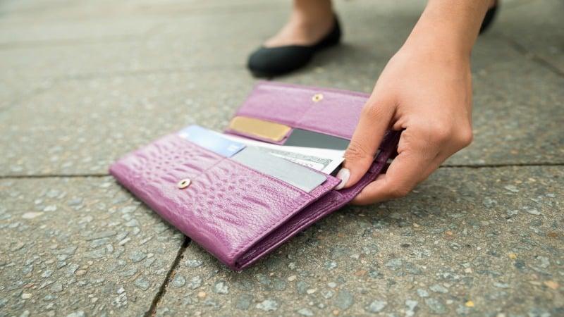 Ce trebuie să faci, sau să nu faci dacă găsești pe jos un portofel 1