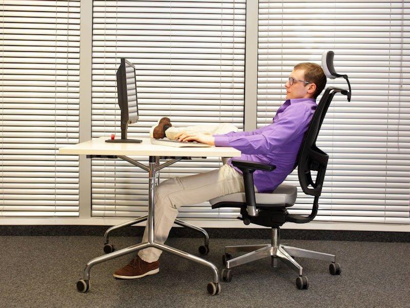 Cum să adopți o postură corectă pe scaun în timp ce lucrezi la birou 3