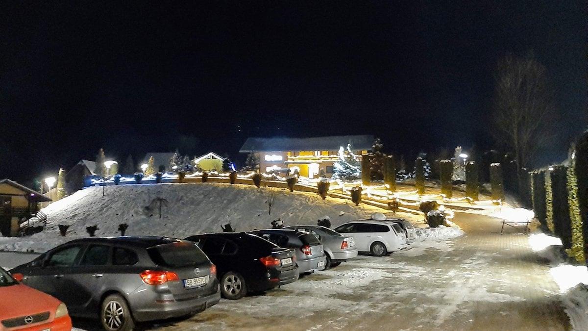 Vedere din parcare ansamblu pensiunea Râu Sadului